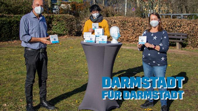 Die Initiatoren Jacques Casez von Pavillon 6A (links) und Sandra Russo vom VORHANG AUF-Verlag (rechts) übergeben die Spende von 3.500 FFP2-Masken an Nicole Frölich, Bereichsleiterin der Wohnungsnotfallhilfe beim Diakonischen Werk Darmstadt-Dieburg